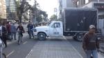 Camión y peatones obstaculizan cilcoruta