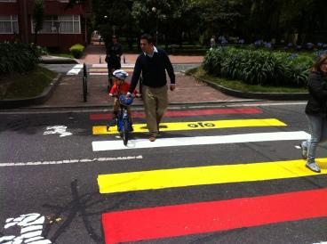 Padre con hijo en su bicicleta