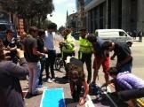 Martín Rivera explicándole a los policías el sentido de la campaña