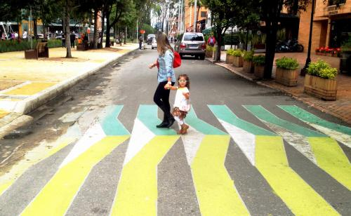 """""""Si diseñas una ciudad para carros y para el tráfico, consigues carros y tráfico. Si diseñas una ciudad para personas y lugares, consigues personas y lugares."""" Fred Kent, Fundador Project for Public Spaces."""